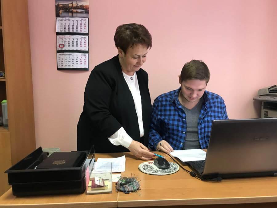 Аудитор Наталья Шибалкина и помощник аудитора Алексей Колодкин работают над проведением налогового аудита